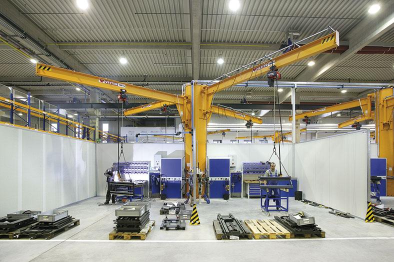 Dieses Foto zeigt einen Säulendrehkran in einem Fertigungsbetrieb.