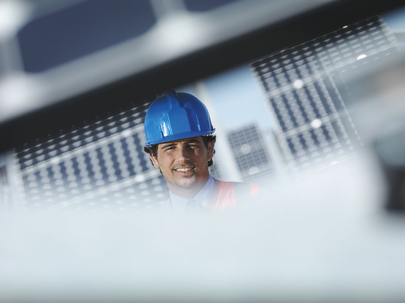 Diese Abbildung zeigt einen Beschäftigten mit blauen Schutzhelm.