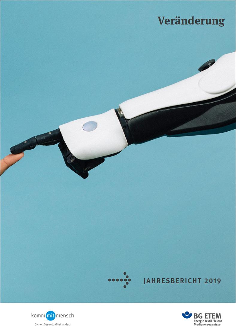 Man sieht das Cover des Jahresberichtes der BG ETEM 2019. Es zeigt einen menschlich geformten Computerarm in schwarz-weiß vor einem türkisfarbenen Hintergrund, der mit seinem Zeigefinger einen menschlichen Finger am linken Bildrand berührt.