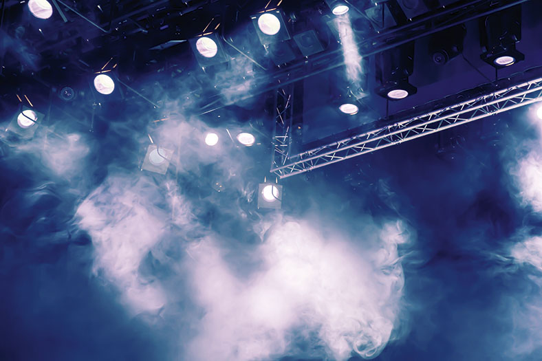 Hier erkennt man eine von mehreren Scheinwerfern beleuchtete Teile einer Bühne.