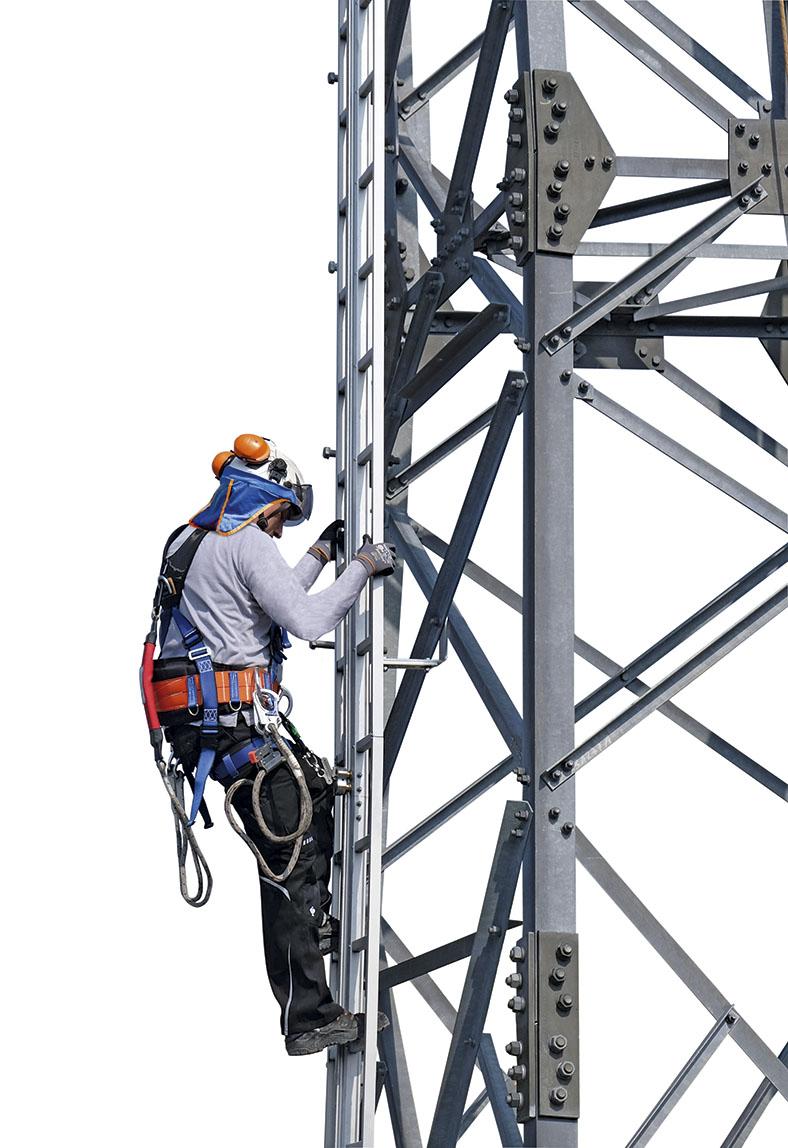Auf diesem Bild klettert ein Facharbeiter mit kompletter Schutzausrüstung eine Sprossenleiter hinauf, um an seine Arbeitsstelle zu kommen.