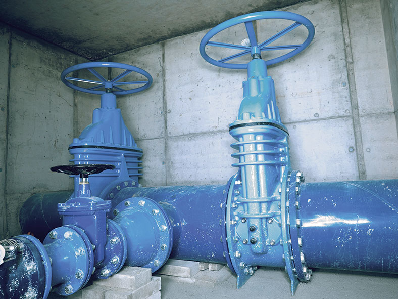 Das Foto zeigt eine Wasserrohrleitung mit einem asbesthaltigen Farbanstrich.