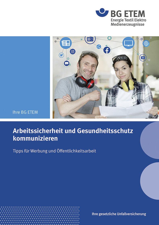 """Titel der BG ETEM zum Thema """"Arbeitssicherheit und Gesundheitsschutz kommunizieren"""". Auf dem Titel sitzen eine Frau und ein Mann nebeneinander. Er lächelt, die Frau hält eine Unterlage mit beiden Händen fest. Ein Piktogramm mit dem Text """"Jetzt kostenlos herunterladen"""" ist darunter abgebildet."""