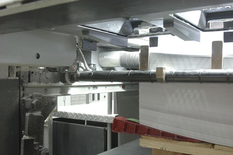 Diese Abbildung zeigt eine Offsettdruckmaschine in einer Druckerei.