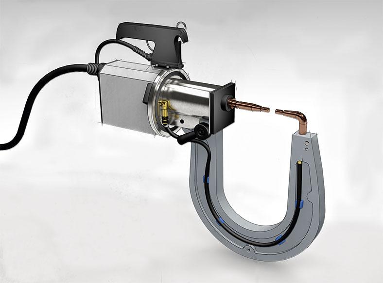 Handgeführte Reparaturschweißzange mit zwei kupferfarbenen Elektroden, in einem halbrunden Bogen darunter wird ein Kabel geführt. Oben befindet sich ein schwarzer Griff.