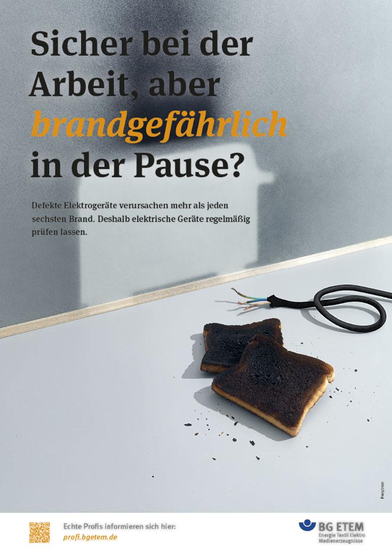 Plakatkampagne 2021 mit Plakatmotiv Brandgefahr: Ein ausgefranstes Kabel liegt neben zwei verkohlten Toastscheiben.