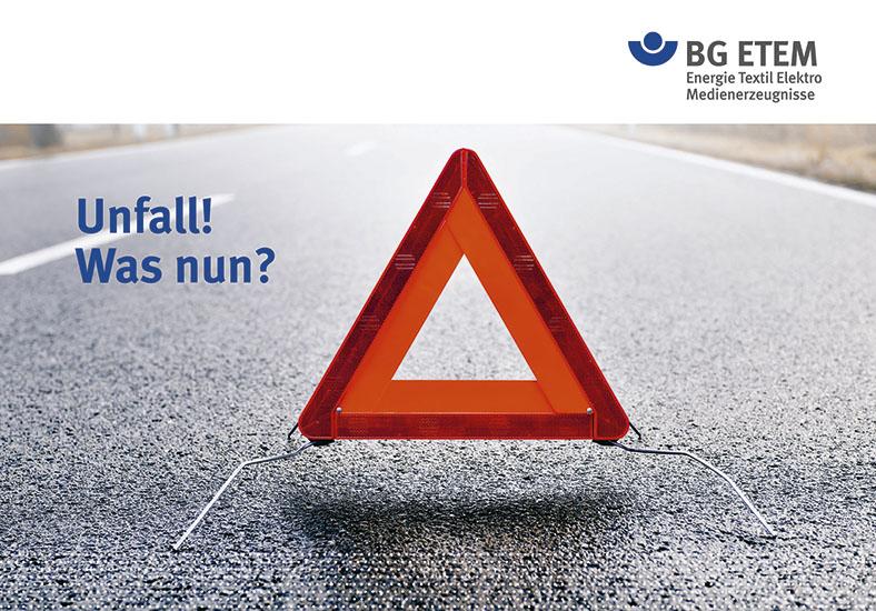 """Infokarte der BG ETEM """"Unfall! Was nun?"""" zeigt ein rotes Warndreieck auf einer Straße."""