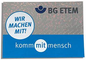 """Siegel der BG ETEM in blau und grau """"Wir machen mit! kommmitmensch"""" für gute Unternehmenskommunikation zum Thema Arbeitssicherheit."""