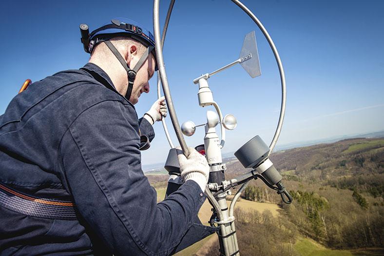 Elektroingenieur und Sicherheitsfachkraft Raiko Schmidt von der STB Sachsenwind arbeitet auf einem Windrad.