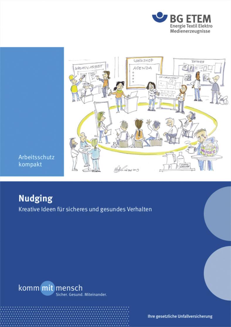 """Cover der BG ETEM-Broschüre """"Nudging"""" in blau und weiß mit der Zeichnung von mehreren Personen Menschen, die sich an Stellwänden, in Gesprächen oder in einem Seminar über Betriebssicherheit informieren."""