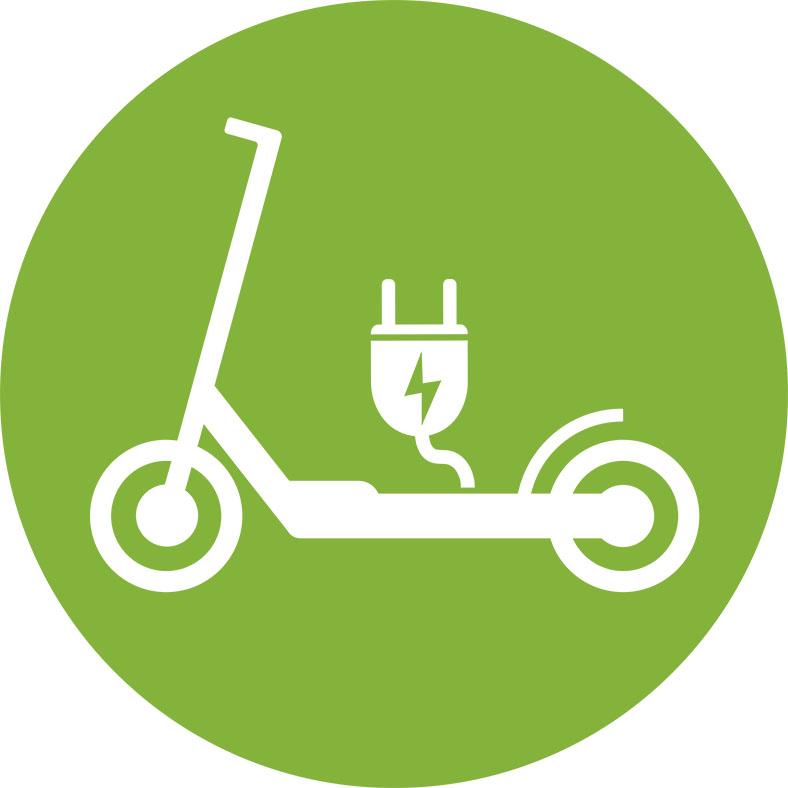 Die Abbildung zeigt einen grünen Kreis mit einem weißen Elektroscooter und einem Stromstecker.