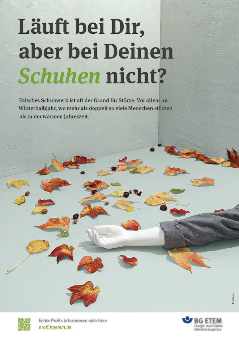 Plakatkampagne 2021 mit Plakatmotiv Sicherheitsschuhe: Ein weißer Arm liegt auf dem Boden zwischen Herbsblättern.
