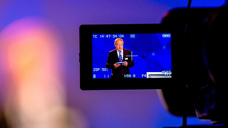 Martin Steiner von der BG ETEM auf dem Bildschirm einer Kamera.