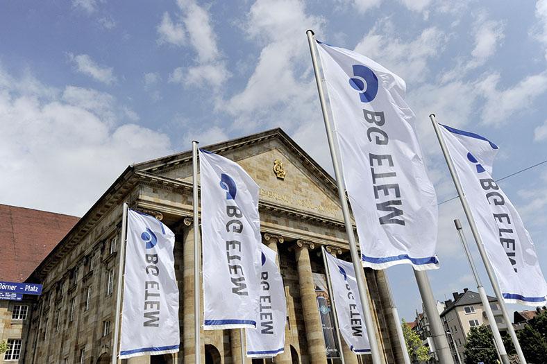Dieses Foto zeigt das Kongress Palais in Kassel. Im Vordergrund wehen Fahnen mit der Aufschrift BG ETEM. In dem Palais findet die Vortragsveranstaltung ELEKTROTECHNIK der BG ETEM statt.