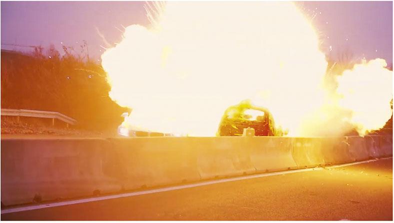 Dieses Foto zeigt eine Explosion mit einem Auto. Ein Ausschnitt aus dem neuen RiskBuster-Videofilm der kommmitmensch-Präventionskampagne der BG ETEM.