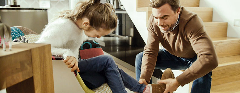 Dieses Foto zeigt einen Mann, der gerade einer Frau den Schuh auszieht.