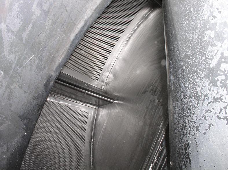 Dieses Bild zeigt einen Teil der Waschröhre. Bei so wenig Bewegungsraum hilft eine Anstoßkappe mit Kinnriemen als Kopfschutz.