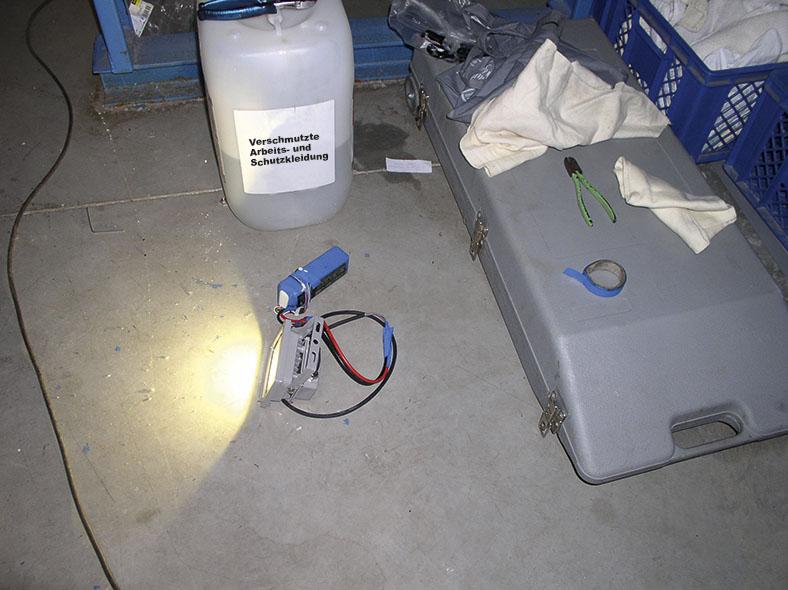 Diese Abbildung zeigt griff- und einsatzbereite Gerätschaften für die Reinigung der Waschröhre einer Durchlaufwaschmaschine.
