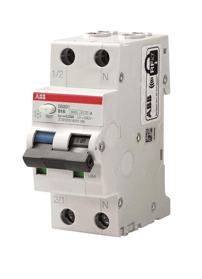 Hier ist eine weiße RCBO mit hellgrauem Fehlerstrom- und Leitungsschutzschalter zu sehen, die zwei Teilungseinheiten breit ist. Über dem Schalter befindet sich ein roter Streifen.