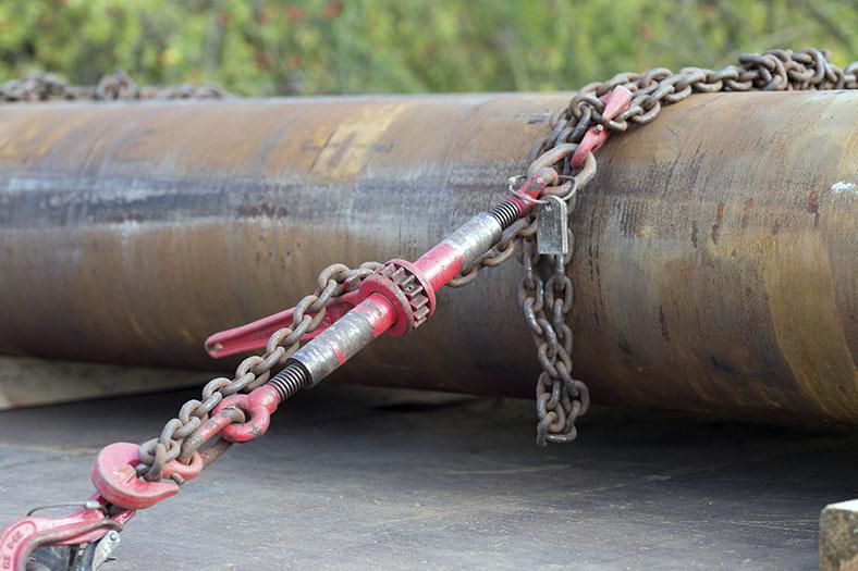 Ladungssicherung: Rundstahlkette um ein Rohr gewickelt.
