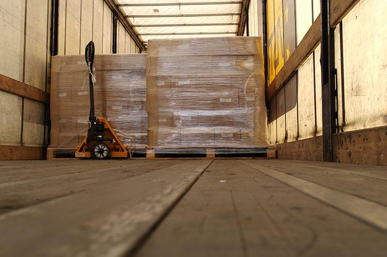 Ladungssicherung: Mit Folie umwickelte Paletten im Laderaum eines Lkw.