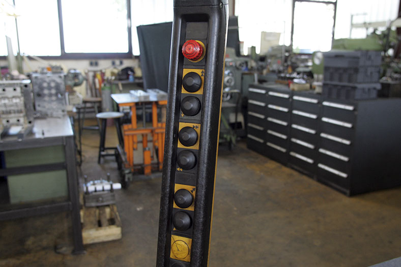 Ladungssicherung: Schalter in einer Fabrikhalle