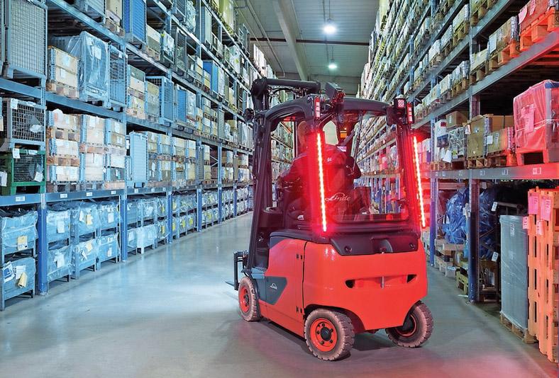 Innerbetrieblicher Transport: Gabelstapler entfernt sich in Lagerhalle.