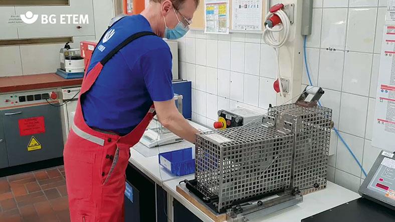 Arbeitnehmer Peter Friedl arbeitet nach seinem Unfall mit geschädigten Händen in der Qualitätssicherung mit speziell für ihn angepassten Maschinen.