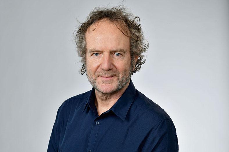 Porträt von Heiner Reiff, Geschäftsführer der shiro communication GmbH, Rottenburg. Er hat lockige helle Haare, einen Vollbart und trägt ein dunkles Hemd.