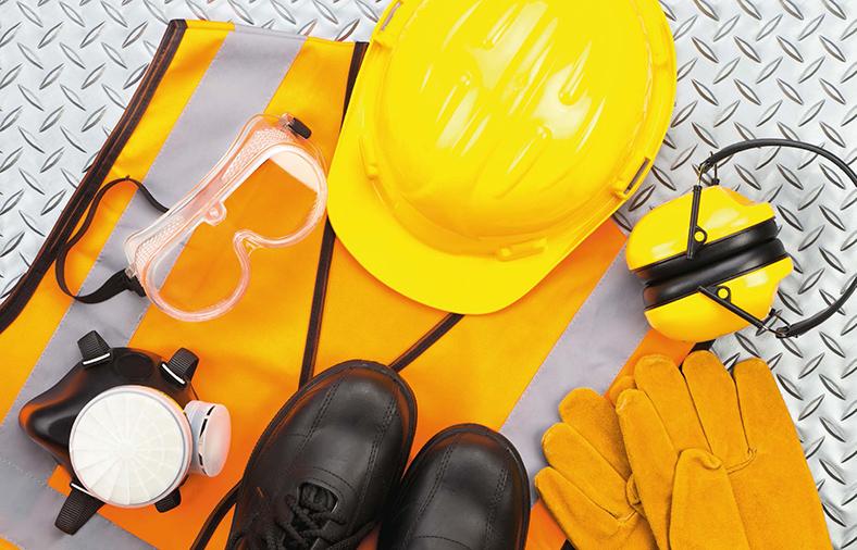 Persönliche Schutzausrüstung, Gegenstände: Gelber Schutzhelm, Schutzbrille, Atemschutzmaske, schwarze Sicherheitsschuhe, gelbe Sicherheitsweste und Schutzhandschuhe.