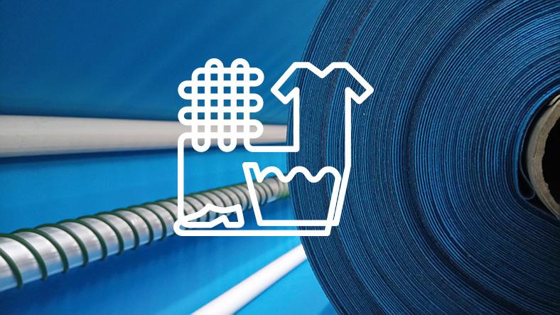 Das Bild zeigt eine Rolle blauen Stoff im Hintergrund, im Vordergrund ein weißes Piktogramm mit Textilsymbolen.