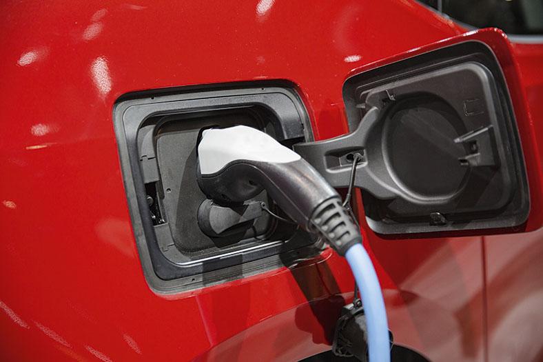 Dieses Foto zeigt einen Stecker, der in eine Steckdose eines E-Autos gesteckt wurde.