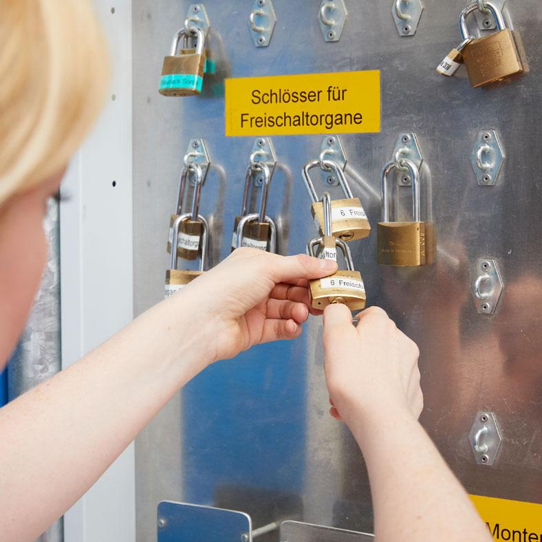 """Gleichschließende Schlösser abnehmen: Die gleichschließenden Schlösser hängen links am Schaltbord und sind mit dem Aufkleber """"Schlüssel für Freischaltorgane"""" gekennzeichnet. Die Schlösser sind zudem mit Aufklebern versehen, damit klar ist, welche der Gespanne jeweils zusammengehören und mit dem gleichen Schlüssel geöffnet werden."""