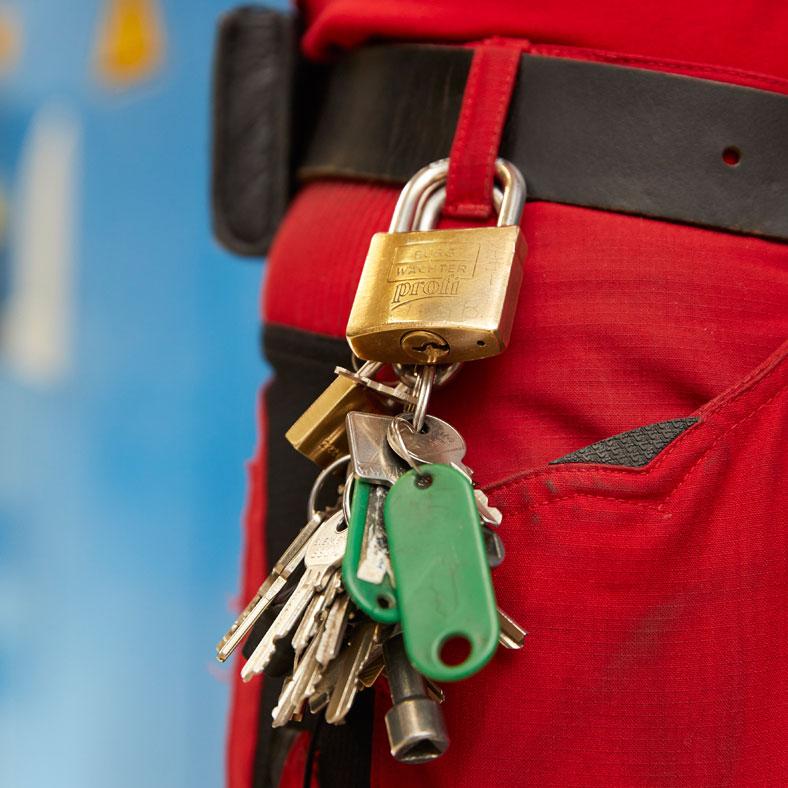 Persönliches Schloss: Um die Eigensicherung zu gewährleisten trägt zusätzlich jeder Mitarbeiter der Firma FHP jeweils sein persönliches Schloss am Körper.