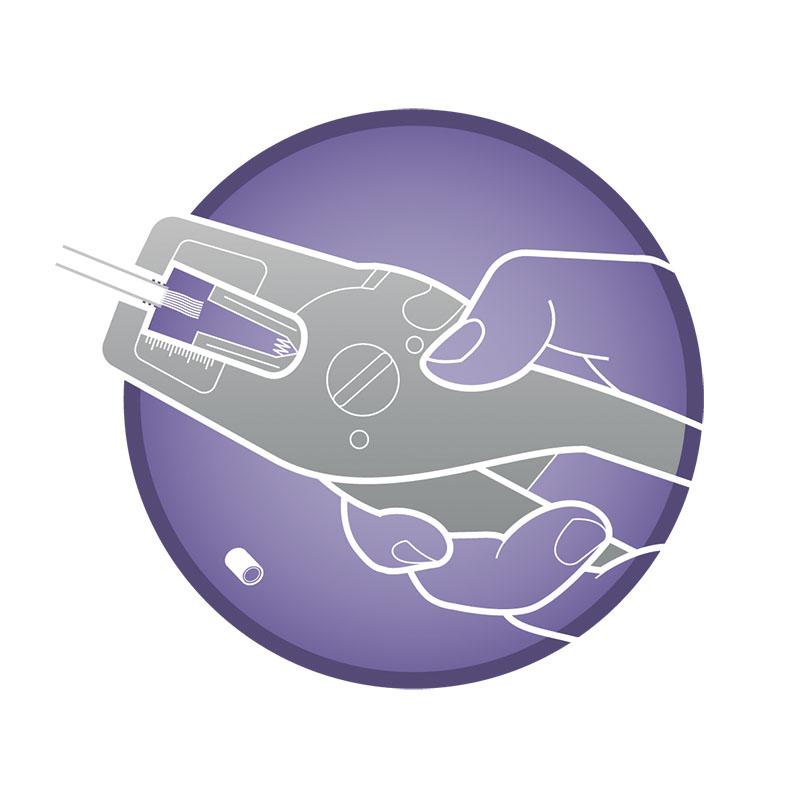 Vor einem hellblauen Hintergrund mit etwas dunkleren Elektrotechnikmotiven sieht man einen lilafarbenen Kreis, in dem eine Hand mit einer grauen Abisolierzange ein ummanteltes Stromkabel greift.