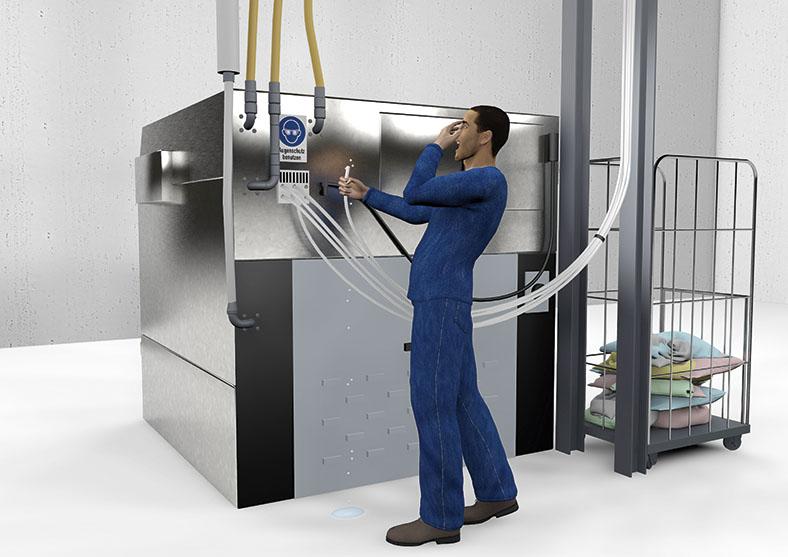 Die Grafik zeigt einen Mann in blauer Arbeitskleidung, der vor einer kubusförmigen Maschine steht. An der Maschine ist ein Warnhinweis-Aufkleber zum Tragen von Augenschutz angebracht. Der Mann hat den Mund zu einem Schrei geöffnet und führt eine Hand zu seinen Augen, in der anderen Hand hält er einen weißen Schlauch, aus dem Flüssigkeit austritt und auf den Boden tropft. Weitere Schläuche sind mit der Maschine verbunden. Rechts neben der Maschine steht ein fahrbarer Korb mit bunten Wäschestücken.